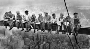 Constructions Workers Eating Lunch. 1932. Photographe inconnu