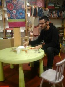 Maxime mange sur sa petite table.